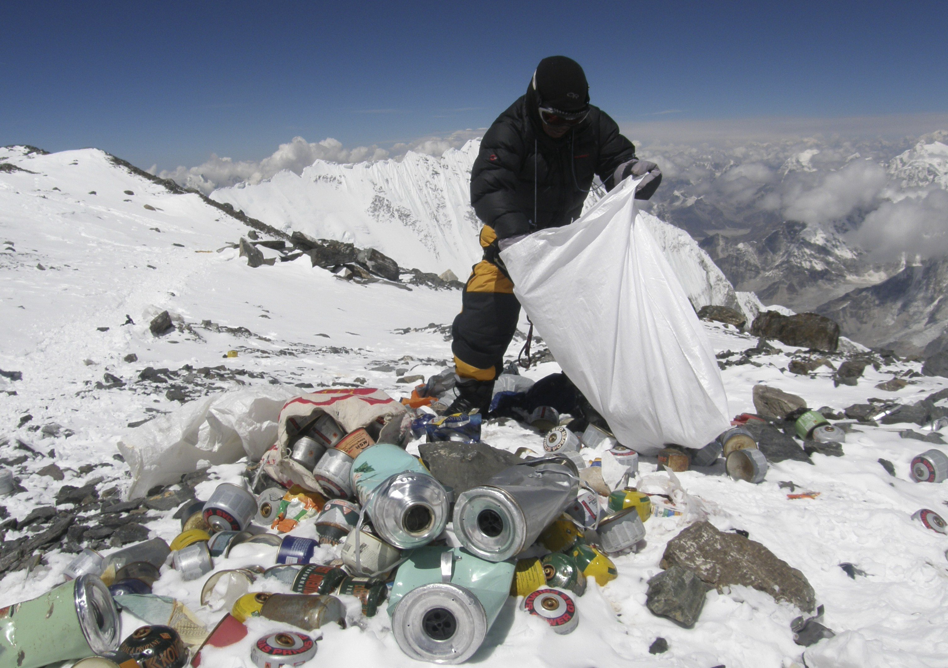 mouth-everest-cleanup-by-sherpas
